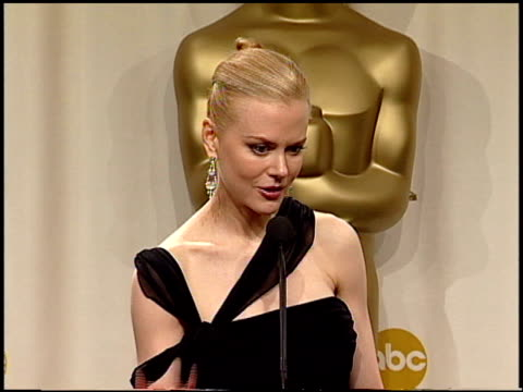 nicole kidman at the 2003 academy awards at the kodak theatre in hollywood, california on march 23, 2003. - ニコール・キッドマン点の映像素材/bロール
