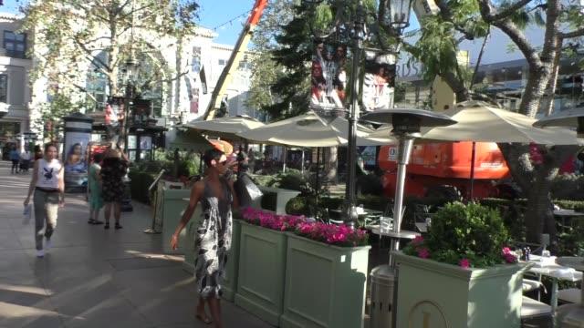 vídeos y material grabado en eventos de stock de nicole murphy shopping at the grove in hollywood in celebrity sightings in los angeles, - the grove los angeles