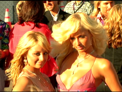 nicole richie and paris hilton at the 2004 teen choice awards arrivals at the universal amphitheatre in universal city california on august 8 2004 - paris hilton stock videos & royalty-free footage