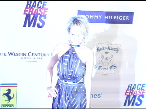 nicole richie at the 12th annual race to erase themed rock and royalty to erase on april 22, 2005. - レーストゥイレースms点の映像素材/bロール