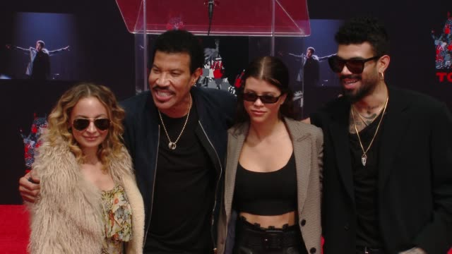 nicole richie, lionel richie, sofia richie and miles richie at the lionel richie handprint and footprint ceremony at tcl chinese theatre at tcl... - ライオネル・リッチー点の映像素材/bロール
