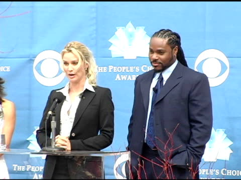 vídeos de stock e filmes b-roll de nicollette sheridan and malcolm jamal warner introduce the nominees for favorite new tv comedy and favorite tv comedy at the 2004 people's choice... - nicollette sheridan