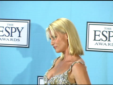 nicollette sheridan at the 13th annual espy awards press room at the kodak theatre in hollywood, california on july 14, 2005. - ニコレット シェリダン点の映像素材/bロール