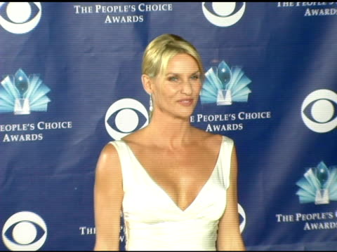 nicollette sheridan at the 2006 people's choice awards arrivals at the shrine auditorium in los angeles, california on january 10, 2006. - ニコレット シェリダン点の映像素材/bロール
