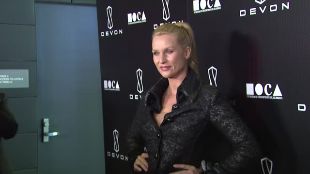 nicollette sheridan at the launch of the devon flagship store benefiting the museum of contemporary art, los angeles at beverly hills ca. - ニコレット シェリダン点の映像素材/bロール