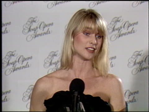 vídeos de stock e filmes b-roll de nicollette sheridan at the soap opera awards at the beverly hilton in beverly hills california on january 13 1990 - nicollette sheridan