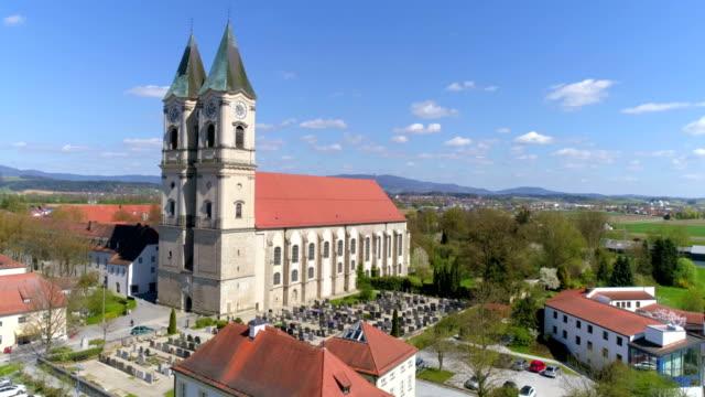 Iglesia del monasterio de Niederaltaich en Baviera más baja del Flyover