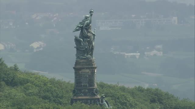 vídeos de stock, filmes e b-roll de aerial niederwald monument, rudesheim, rhineland-palatinate, germany - símbolo conceitual