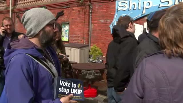 vídeos de stock e filmes b-roll de nigel farage in ramsgate on the final day of the campaign shows exterior shots anti ukip campaigner talking to people at nigel farage press event at... - ramsgate