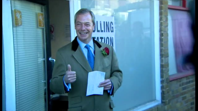 vídeos de stock e filmes b-roll de nigel farage places his vote in ramsgate shows exterior shots nigel farage arriving at polling station holding up polling card for photo opportunity... - ramsgate