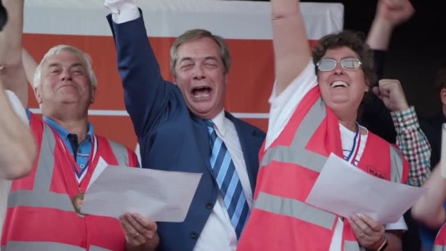 nigel farage sings at the end of the march to leave the former ukip leader sung rule britannia after a speech to protesters on parliament square - nigel farage stock videos & royalty-free footage