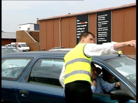 nigel pivaro denies gun allegations itn kent dover worker directing car into lane at hoverspeed terminal lms security officers checking car in... - anweisungen geben stock-videos und b-roll-filmmaterial