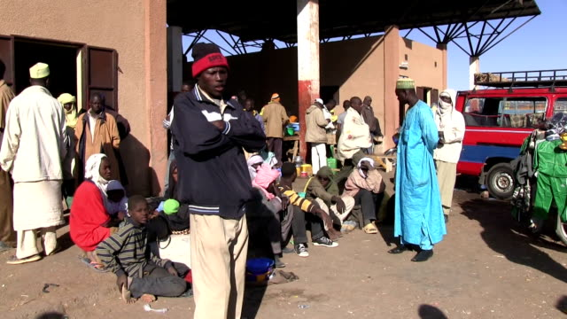 / Niger Agadez migrants waiting to board vehicles for the journey across the desert