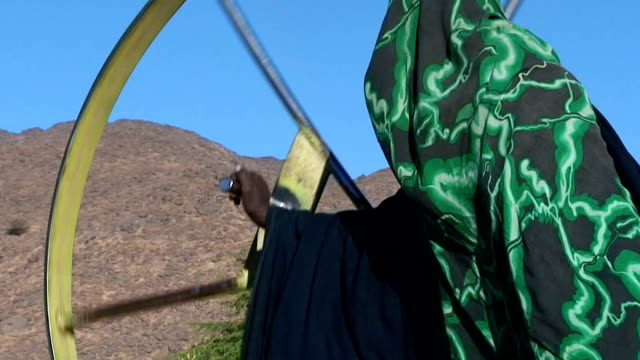 niger, air mountain, timia village, woman which extracts water from a well. - ニジェール点の映像素材/bロール