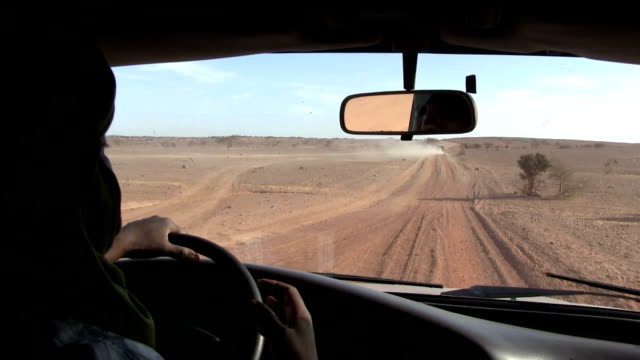 niger, air mountain, travelling by car from agadez to air. - ニジェール点の映像素材/bロール