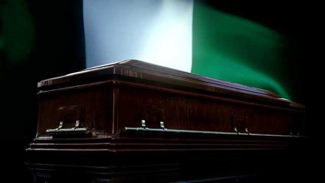 vídeos y material grabado en eventos de stock de bandera de nigeria detrás del ataúd - monumento