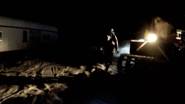 nära promenad i snön med ficklampa. mountain basläger - klätterutrustning bildbanksvideor och videomaterial från bakom kulisserna