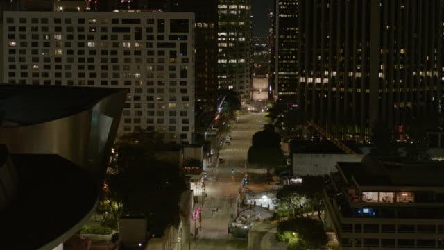 vídeos y material grabado en eventos de stock de aire nocturno de la calle vacía del centro de los angeles durante la pandemia de covid-19 - ciudad muerta