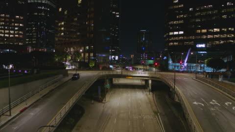 vídeos de stock, filmes e b-roll de antena noturna da rua vazia do centro de los angeles durante a pandemia covid-19 - night