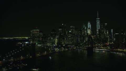 vídeos y material grabado en eventos de stock de night aerial view of brooklyn bridge and manhattan in new york city - new york city