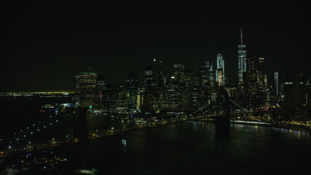 vídeos de stock, filmes e b-roll de night aerial view of brooklyn bridge and manhattan in new york city - silhueta urbana