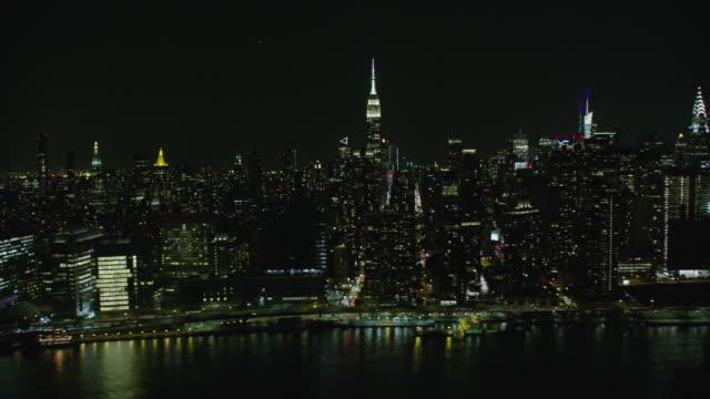 vídeos de stock e filmes b-roll de night aerial view of midtown manhattan - prédio chrysler
