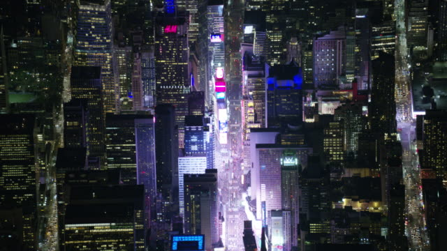 night aerial view of times square and midtown manhattan in new york city - times square manhattan bildbanksvideor och videomaterial från bakom kulisserna