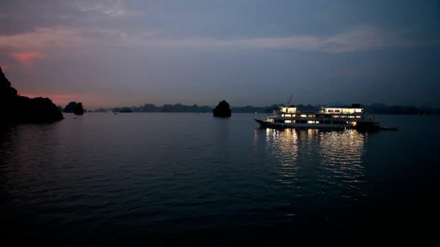 nacht in der berühmten halong bay in vietnam - anchored stock-videos und b-roll-filmmaterial