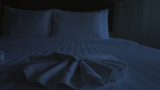 vídeos de stock e filmes b-roll de night bed room sliding shot - dolly shot