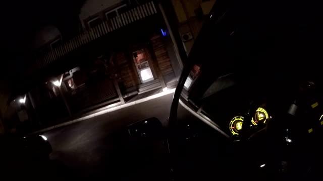 夜車に乗る - 駐車場点の映像素材/bロール