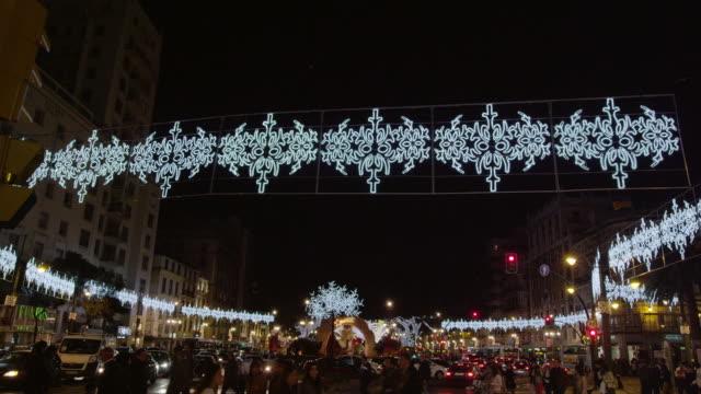ws ts td night christmas lights and decorations, people crossing main road - 飾りつけ点の映像素材/bロール