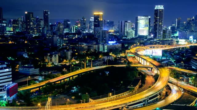 Di notte città strada curva