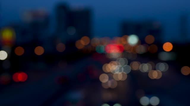 night city ist defokussiert mit schönem bokeh und typischem stadtlärm - ampel stock-videos und b-roll-filmmaterial
