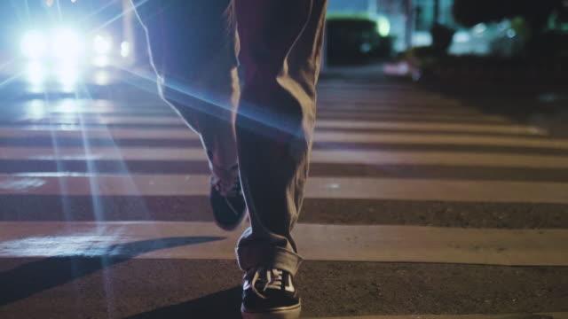 night city. people crossing street. - zona pedonale strada transitabile video stock e b–roll