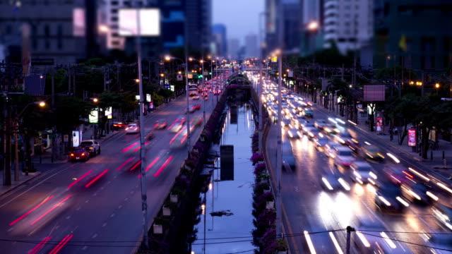 夜の街の低速度撮影です。 - スクエア点の映像素材/bロール