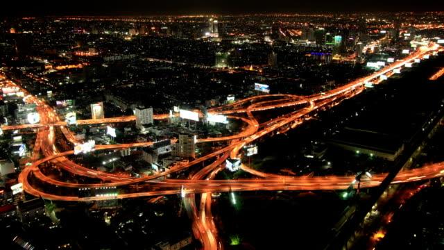 Traffico della città di notte in vista dall'alto