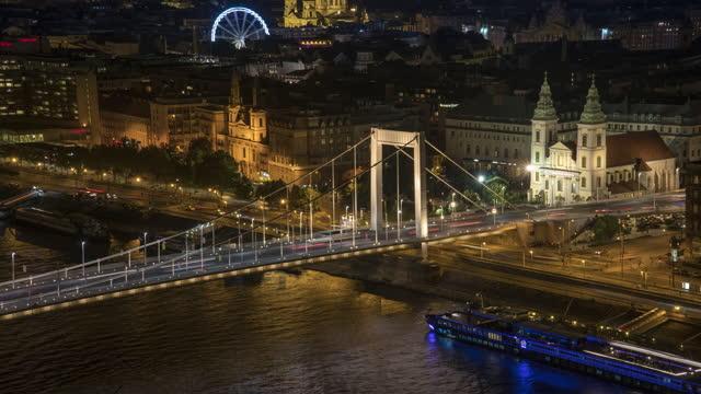 nachtansicht der elisabethbrücke, budapest, ungarn, zeitraffer-schwenkansicht, konzept der stadtansicht - osteuropäische kultur stock-videos und b-roll-filmmaterial