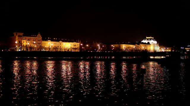 プラハの夜の街並み - ヴルタヴァ川点の映像素材/bロール