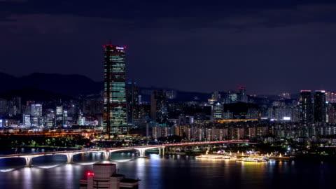 vídeos y material grabado en eventos de stock de night cityscape of wonhyodaegyo bridge over han river / yeouido, seoul, south korea - anclado