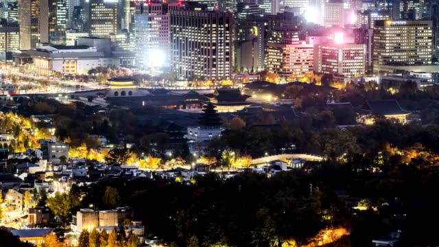night cityscape with gyeongbokgung palace / jongno-gu, seoul, south korea - straßenschild stock-videos und b-roll-filmmaterial