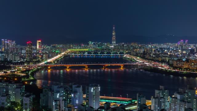 vídeos y material grabado en eventos de stock de night cityscape with lotte world tower and seongsudaegyo bridge on han river / seongdong-gu and gangnam-gu, seoul, south korea - señal de nombre de calle