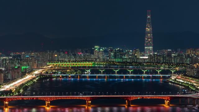 vídeos y material grabado en eventos de stock de night cityscape with lotte world tower, seongsudaegyo bridge and cheongdamdaegyo bridge on han river / seongdong-gu, seoul, south korea - señal de nombre de calle
