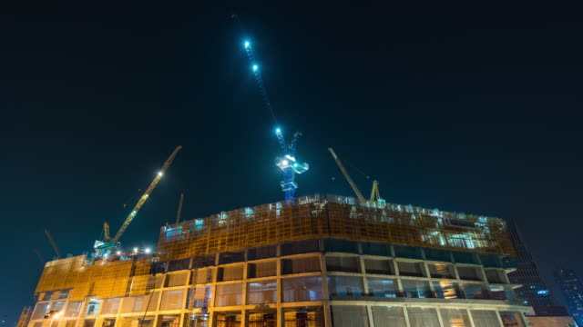 夜の建設サイトの利用状況、時間経過のビデオ - 建物の骨組み点の映像素材/bロール