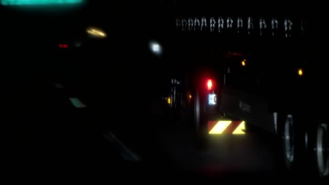 nachtfahrten bei schlechtem wetter. lkw - geografische lage stock-videos und b-roll-filmmaterial
