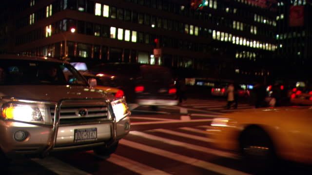 vídeos de stock e filmes b-roll de ds night driving in midtown manhattan, with lit buildings and heavy traffic / new york city, new york, united states - back lit