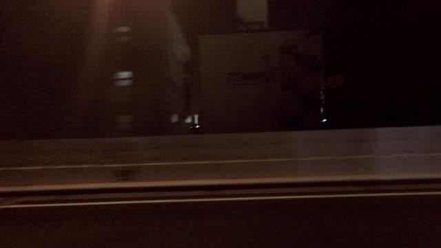 guida notturna-vista laterale - 4 k - vista laterale video stock e b–roll