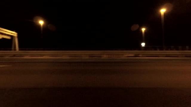 vídeos y material grabado en eventos de stock de noche de conducción, vista lateral - vista de costado