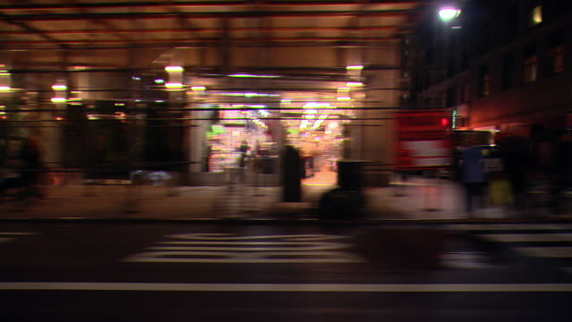 cpov / ts / side view / night driving through manhattan / new york city / ny ny - bロール点の映像素材/bロール