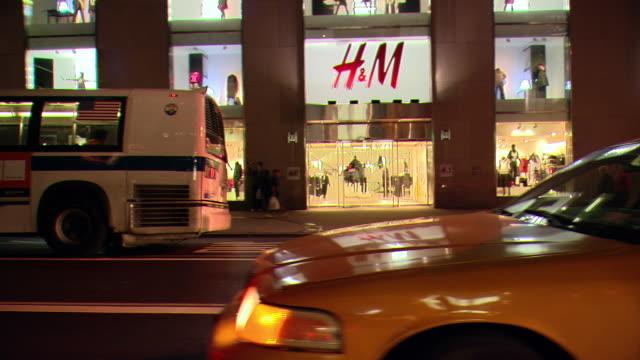 vídeos de stock e filmes b-roll de cpov / ts / side view / night driving through manhattan / new york city / ny ny - estátua de atlas