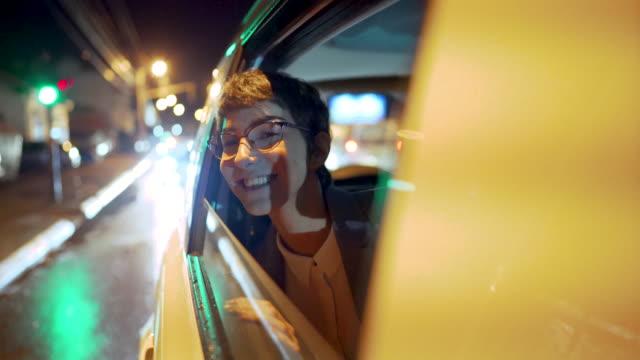 vidéos et rushes de conduite de nuit - monter sur un moyen de transport